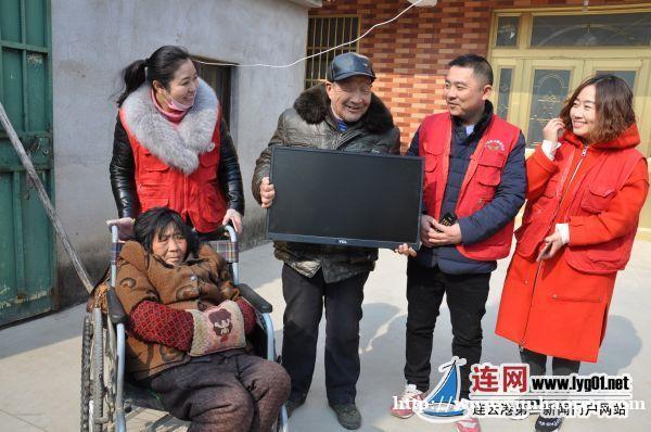 志愿者向中国好人赠送电视机
